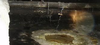 De liggende riolering waarop alle andere afvoeren en leidingen op uit komen, loopt veelal in de kruipruimte e